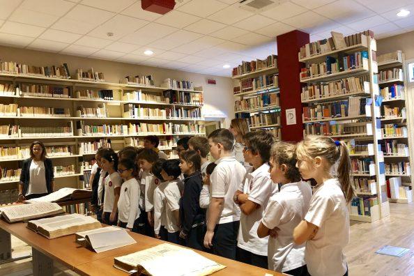 Studenti dell'Istituto Gonzaga di Palermo nella biblioteca della scuola
