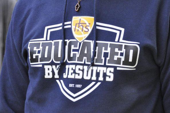 Particolare di una felpa con la scritta Educated by Jesuits, Educato dai gesuiti