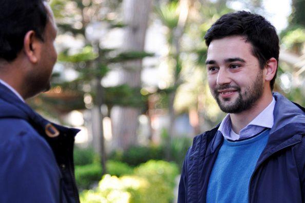 Un giovane a colloquio con il suo padre spirituale