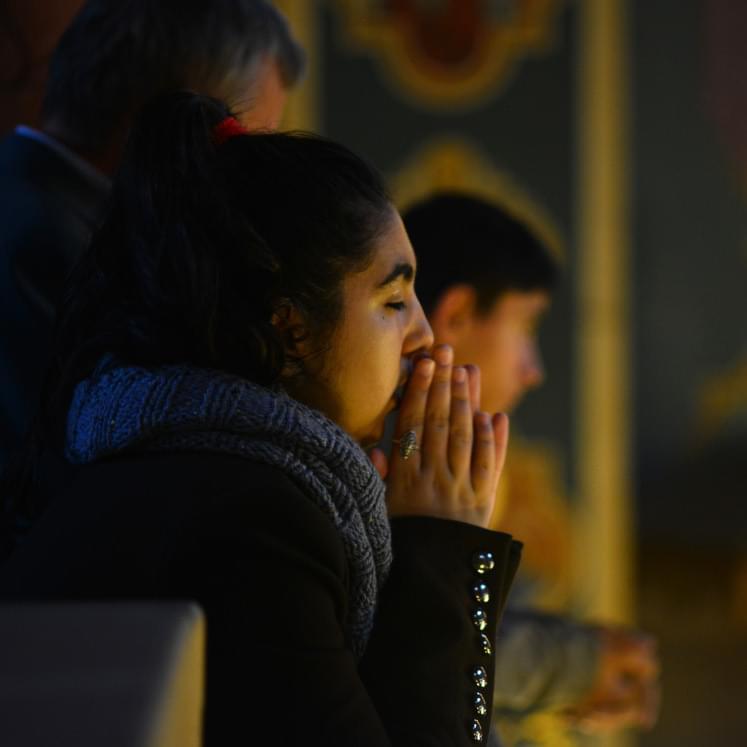 Una giovane durante una preghiera di spiritualità ignaziana