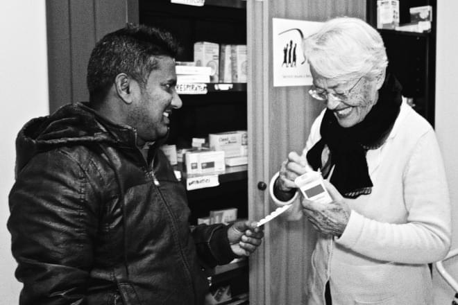 Una volontaria e un richiedente asilo presso il Centro Astalli, che partecipa al Jesuit Social Network