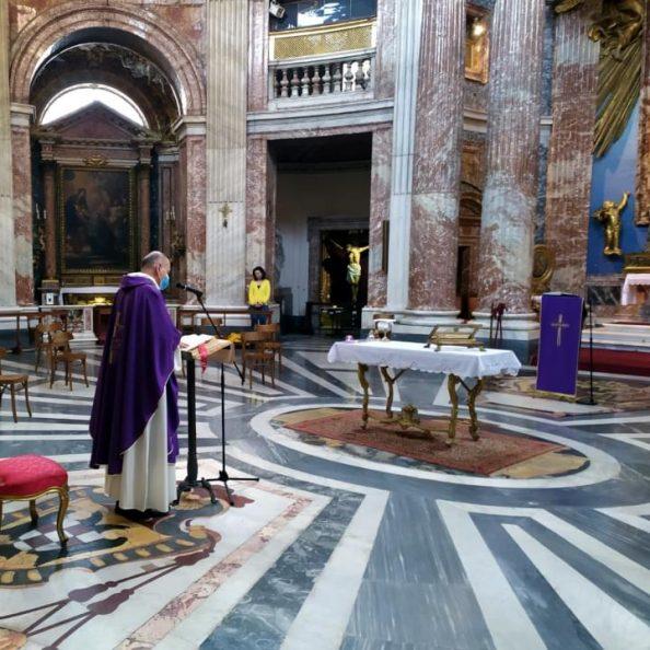 Momento di una celebrazione con i padri gesuiti presso la chiesa di Sant'Andrea al Quirinale a Roma
