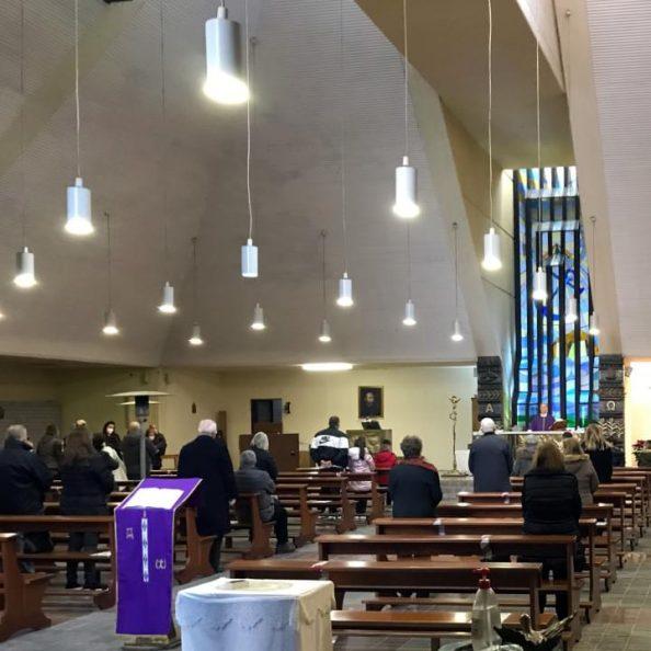 Interno della Chiesa di Santa Maria della Speranza a Napoli durante una celebrazione con i padri gesuiti